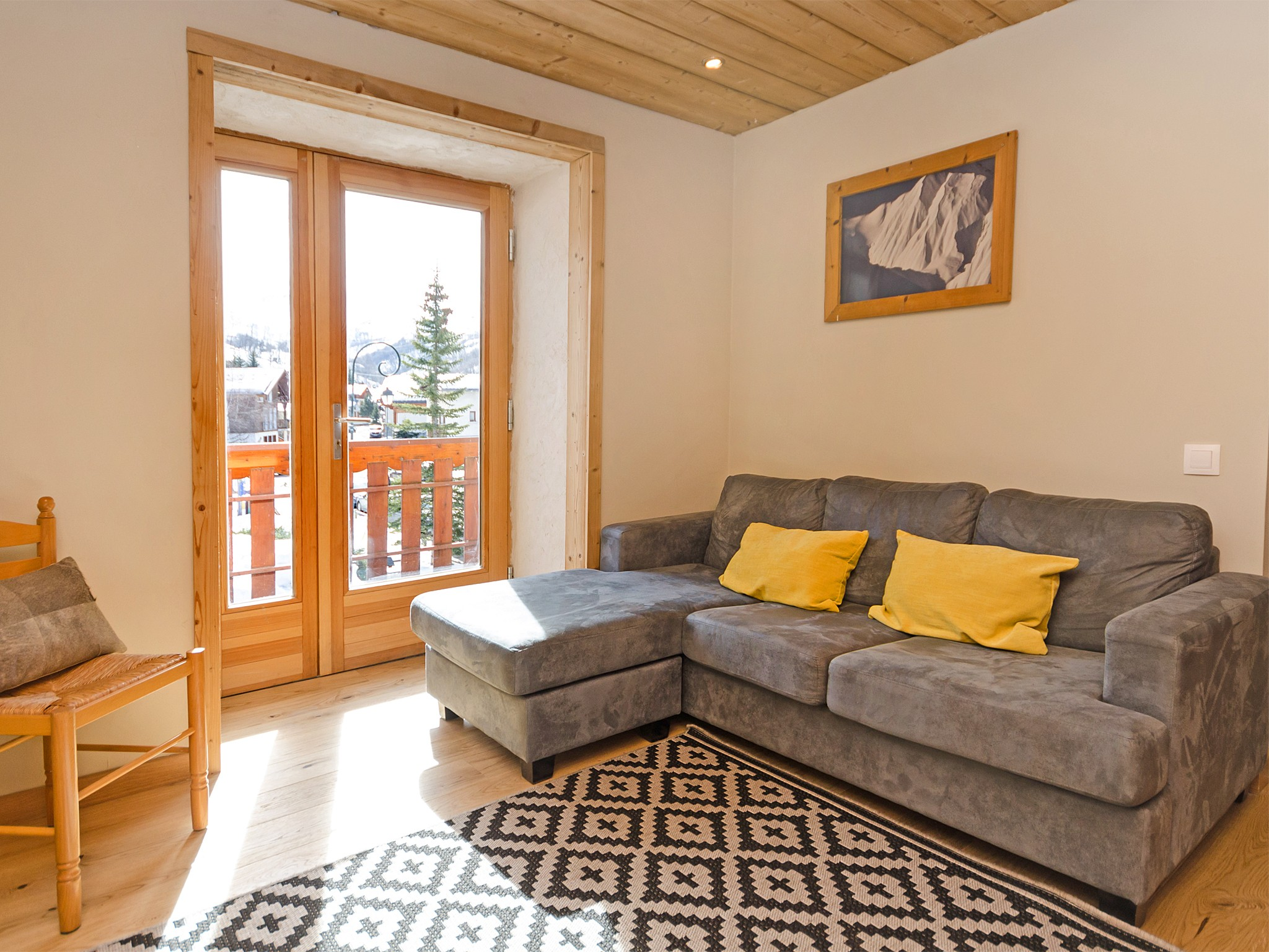 Chalet de Pierre - living room