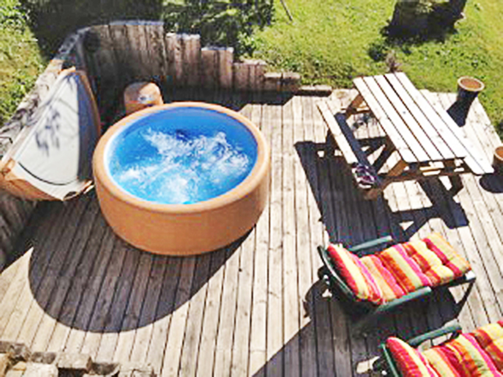 Chalet Gets CLG01 - outdoor jacuzzi