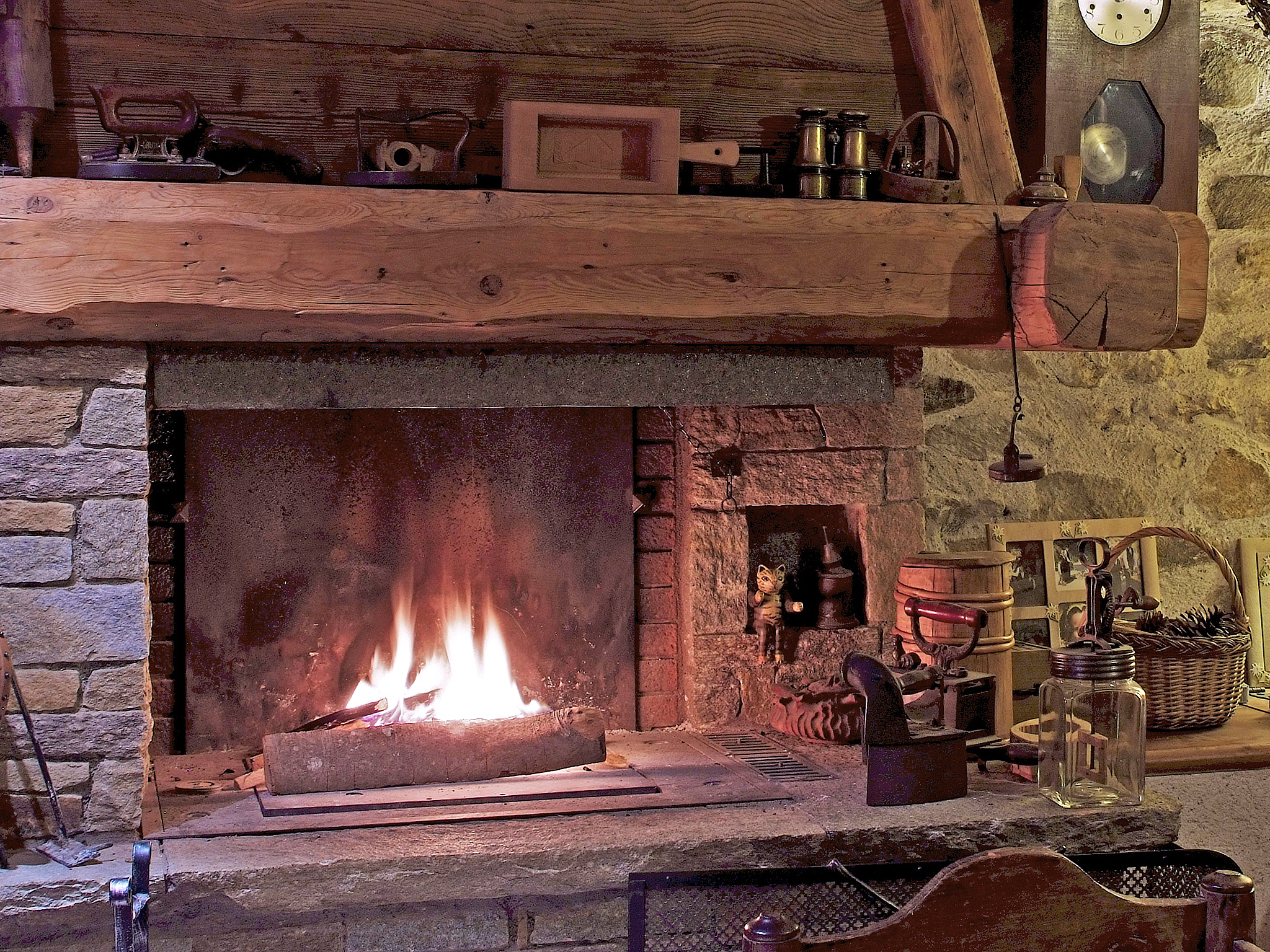 Chalet de Claude - fireplace