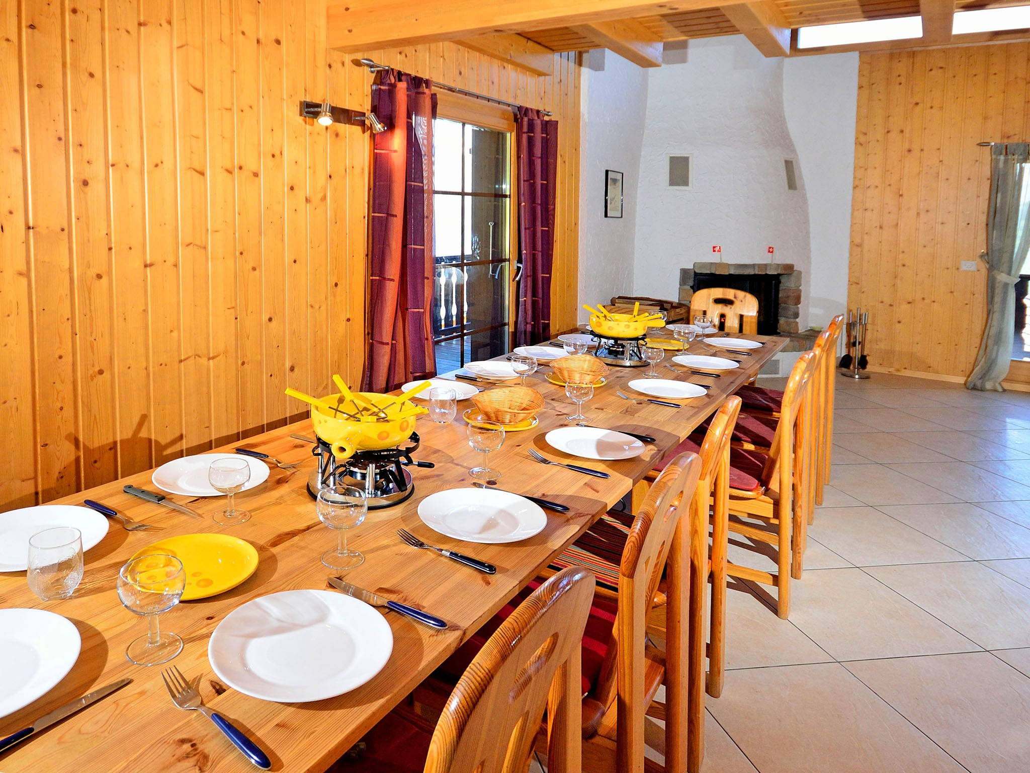 Chalet Les Etoiles - dining area